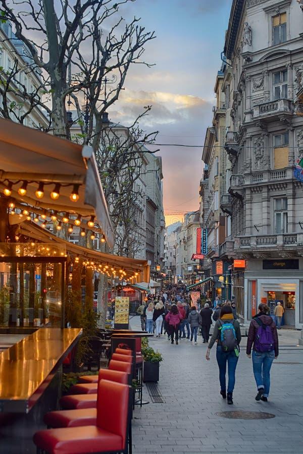 Via di ci del ¡ di VÃ nel crepuscolo Budapest immagine stock