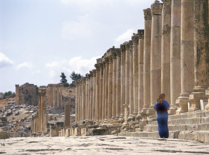 Via di Colonade in Jerash, Giordania fotografia stock
