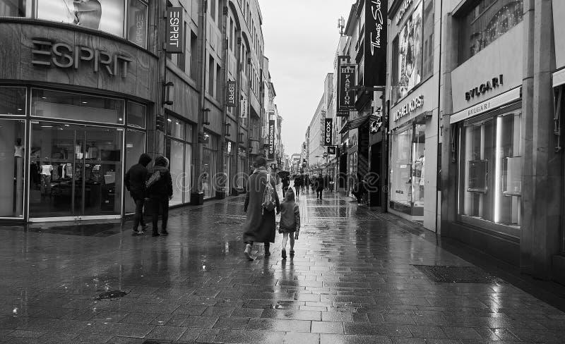 Via di Colonia sotto la pioggia immagini stock