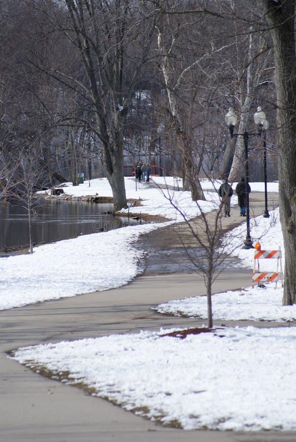 Via di inverno di Snowy ad un parco immagini stock libere da diritti