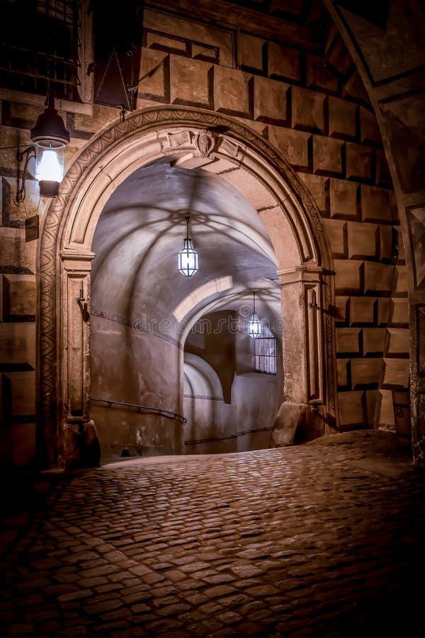 Via di notte di Cesky Krumlov fotografie stock