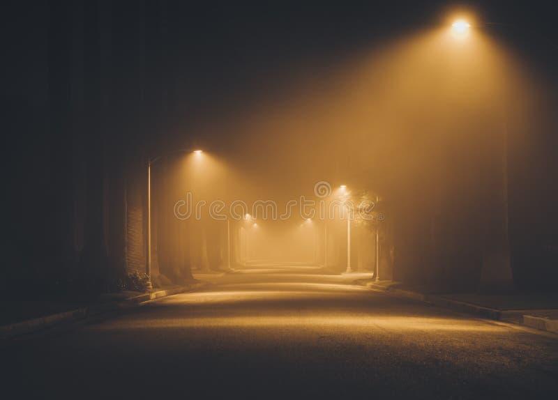 Via di notte nella nebbia Beverly Hills Los Angeles california Novembre 2017 immagini stock