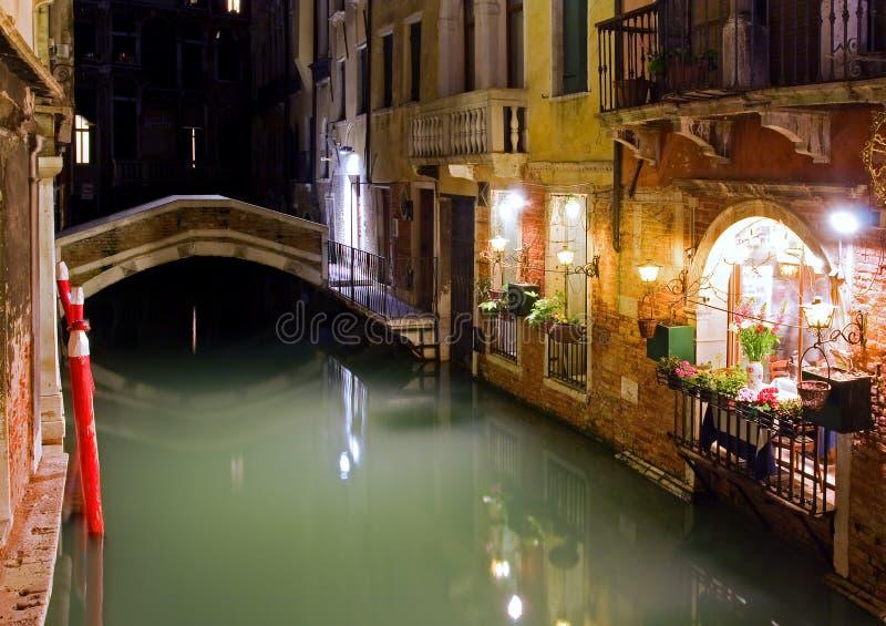 Via di notte a Venezia fotografia stock libera da diritti