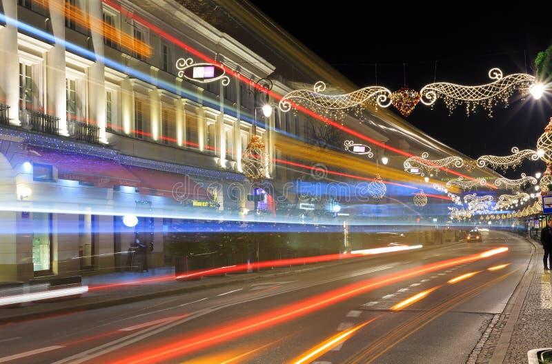 Via di Nowy Swiat alla notte rivestita con con le decorazioni festive fotografia stock libera da diritti
