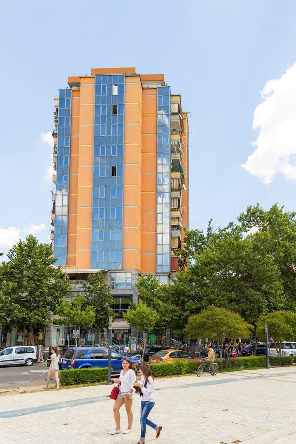 Via di nuova città nel bello giorno soleggiato, Albania di Tirana fotografie stock libere da diritti
