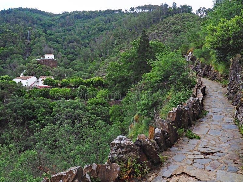 Via di pietra nelle montagne di Serra da Lousã, Portogallo fotografia stock