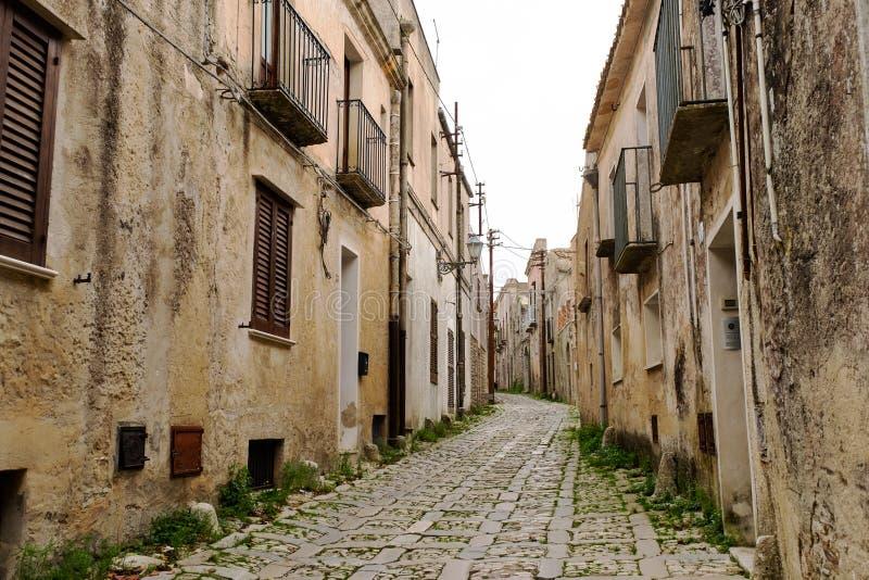 Via di pietra stretta tipica nel centro storico medievale di Erice, Sicilia fotografia stock