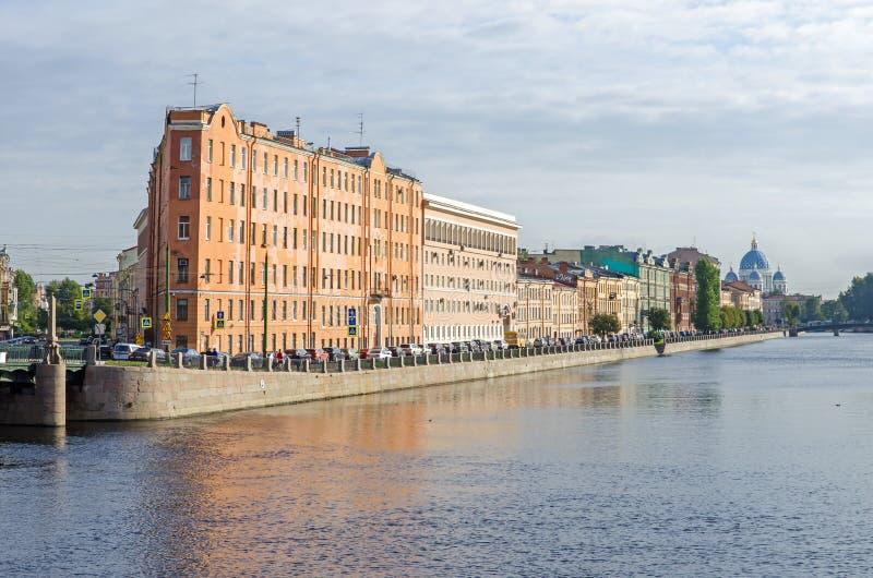Via di Sadovaya dell'angolo dell'argine del fiume di Fontanka e la cattedrale in San Pietroburgo, Russia della trinità fotografie stock libere da diritti