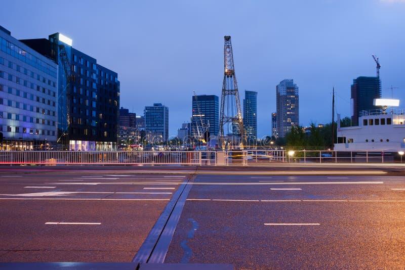 Via di Schiedamsedijk alla notte a Rotterdam immagini stock libere da diritti