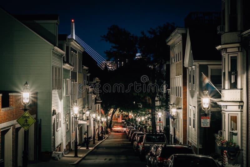 Via di Soley ed il ponte di Zakim nella distanza alla notte, in B fotografia stock libera da diritti