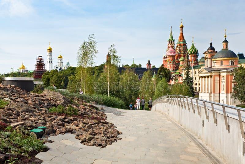 Via di Varvarka con le cattedrali e le chiese - la vista dal nuovo parco di Zaryadye ha individuato vicino al quadrato rosso a Mo fotografia stock libera da diritti