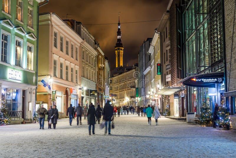 Via di Viru e municipio di Tallinn immagine stock