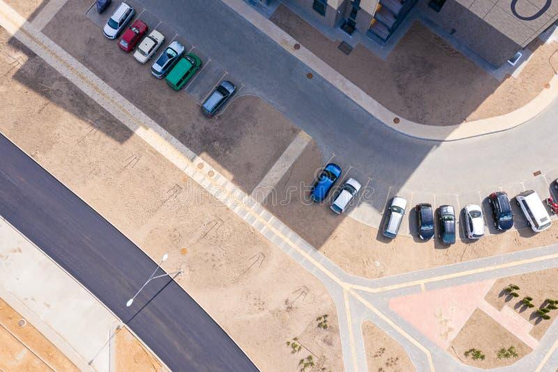 Via di zona residenziale recentemente sviluppata, vista superiore aerea fotografia stock