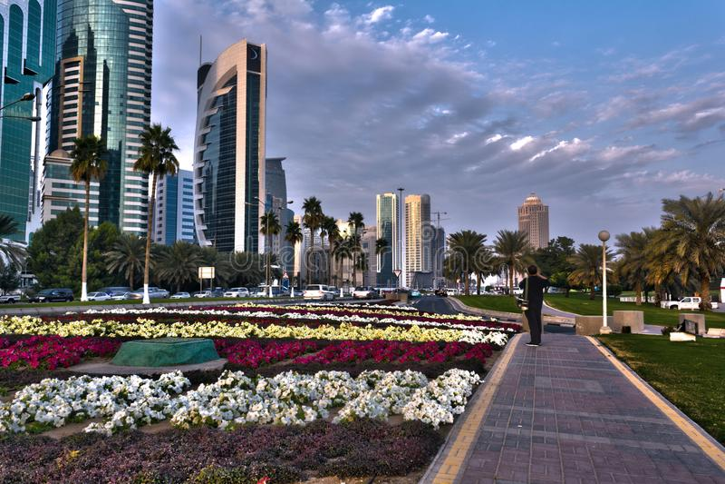 Via in Doha, Qatar del posto adatto del cuore nella luce del giorno immagine stock