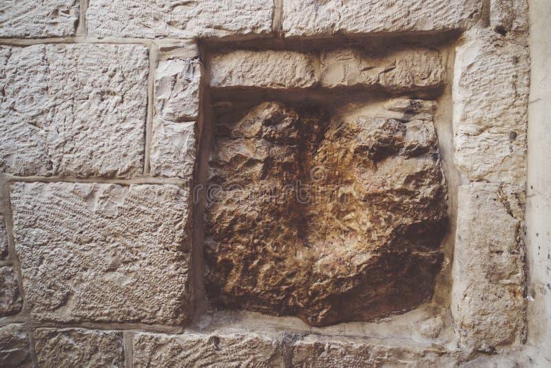 Via Dolorosa, Jeruzalem, Israël Een oude vierkante die steen, op de rechterkant van de structuur wordt gevestigd, heeft een holte stock afbeelding
