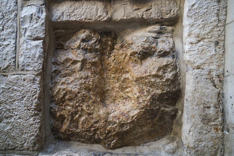 Via Dolorosa, Jeruzalem, Israël Een oude vierkante steen met een holte die de afdruk van de hand van Jesus schijt jeruzalem stock afbeelding