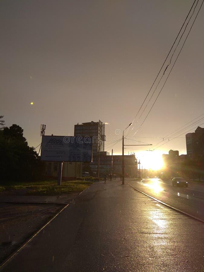Via, via dopo pioggia, tramonto, strada, felicità fotografie stock