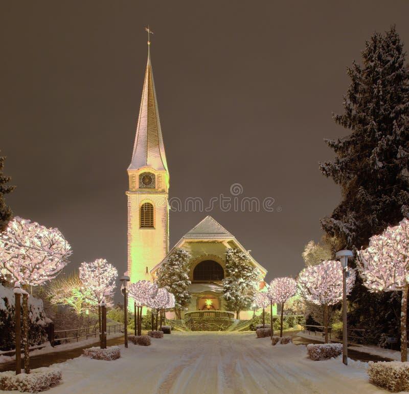 Via e chiesa, illuminate per il Natale fotografia stock libera da diritti