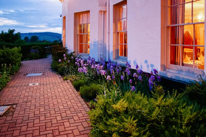 Via e giardino alla casa nella sera del Regno Unito della città di Brecon fotografie stock