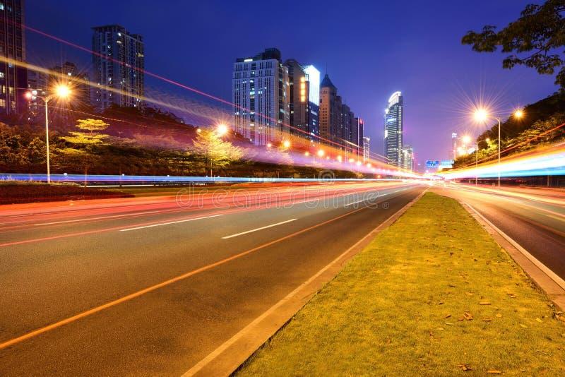 Via e traffico della città alla notte immagini stock libere da diritti
