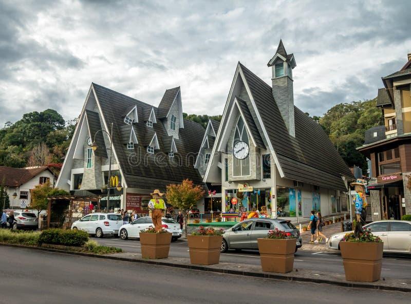 Via ed architettura della città di Gramado - Gramado, Rio Grande do Sul, Brasile fotografia stock