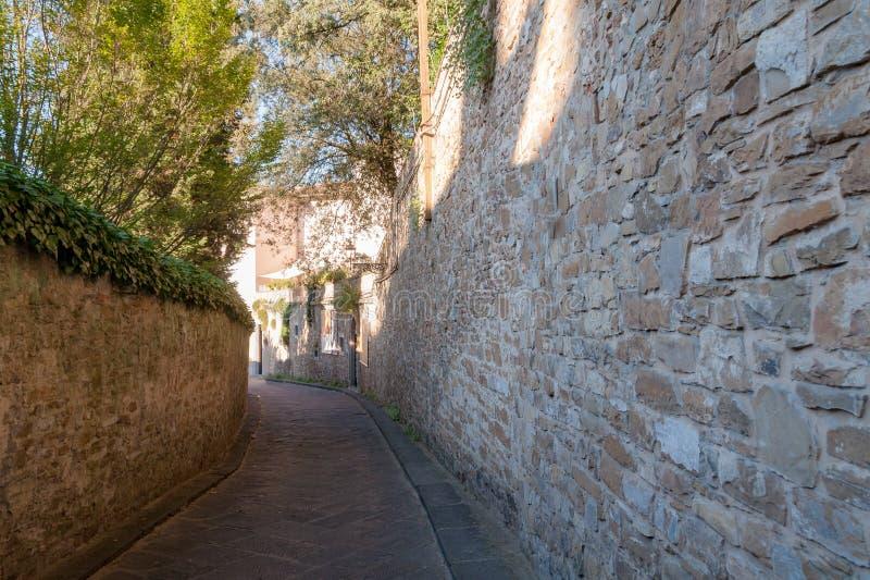 Via europea stretta con la parete di pietra nella città di Firenze dell'Italia fotografia stock