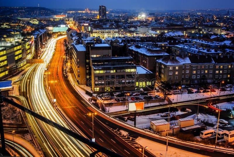 Via expressa da noite na cidade Estrada principal de Praga da perspectiva dos pássaros na exposição de muitos tempos fotos de stock