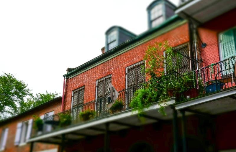 Via famosa di Bourbon, New Orleans, Luisiana Vecchi palazzi nel quartiere francese di New Orleans fotografia stock libera da diritti
