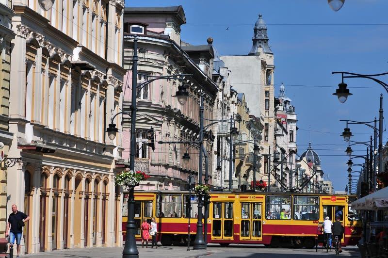 Via famosa di Piotrkowska nel cuore della città di Lodz con la via tradizionalmente colorata dell'incrocio del tram immagini stock libere da diritti