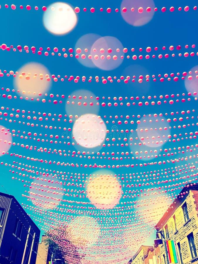Via festiva in vicinanza gay decorata con le palle rosa illustrazione di stock