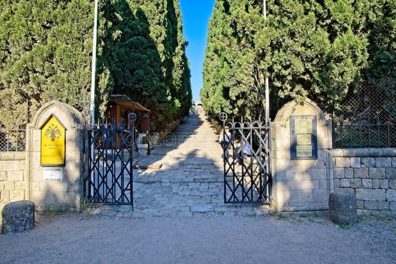 Via fino alle tempie ed alle icone intorno alla città antica di Ialysos fotografia stock libera da diritti