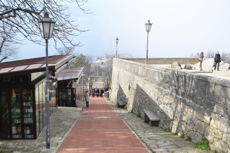 Via in fortezza su una scogliera a San Marino fotografie stock