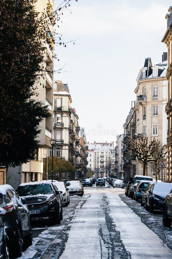 Via francese tipica con gli edifici Strasburgo di Haussmannian immagine stock libera da diritti