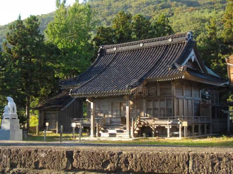 Via giapponese tradizionale della campagna con la costruzione del tempio fotografia stock