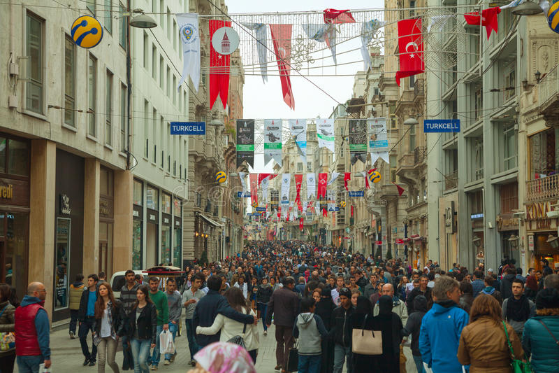 Via istiklal ammucchiata con i turisti a Costantinopoli fotografia stock libera da diritti