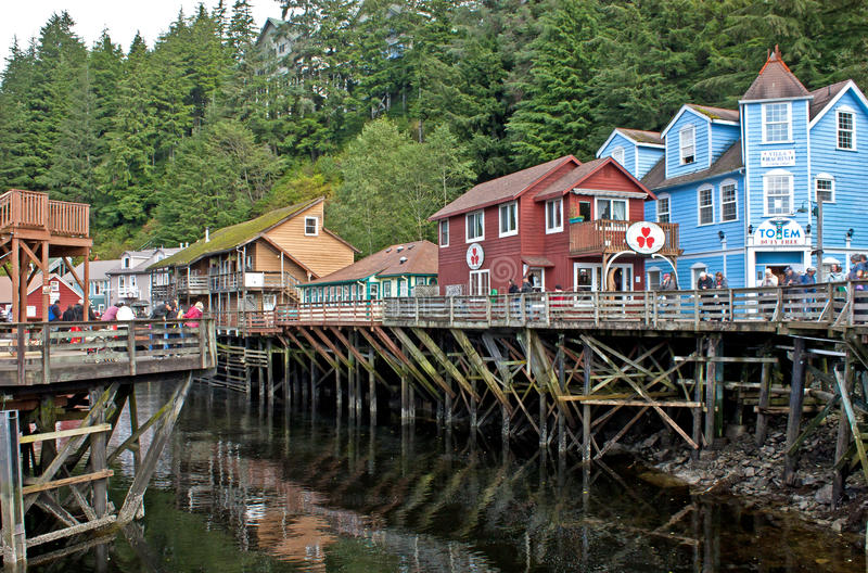 Via Ketchikan Alaska dell'insenatura con i turisti immagini stock
