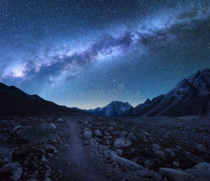 Via Láctea e montanhas Paisagem da noite fotografia de stock
