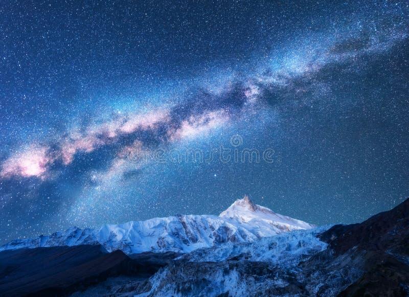Via Látea acima das montanhas nevado em Nepal espaço fotografia de stock