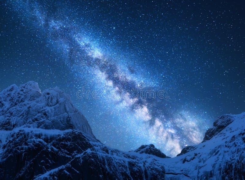 Via Látea acima das montanhas nevado em Nepal espaço fotos de stock royalty free