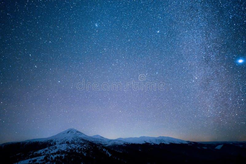 Via Látea acima dos picos nevado das montanhas foto de stock royalty free