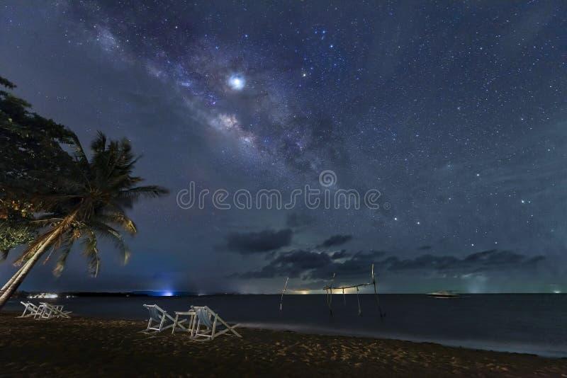 A Via Látea aumenta acima do mar pela praia na noite fotos de stock royalty free