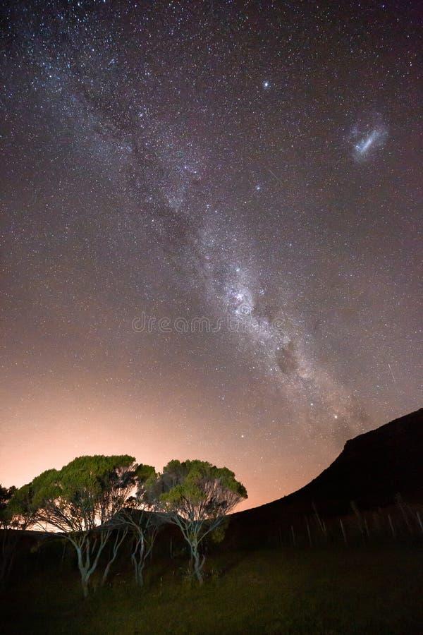 Via Látea e noite estrelado acima de uma paisagem do Patagonia em Argentina fotografia de stock