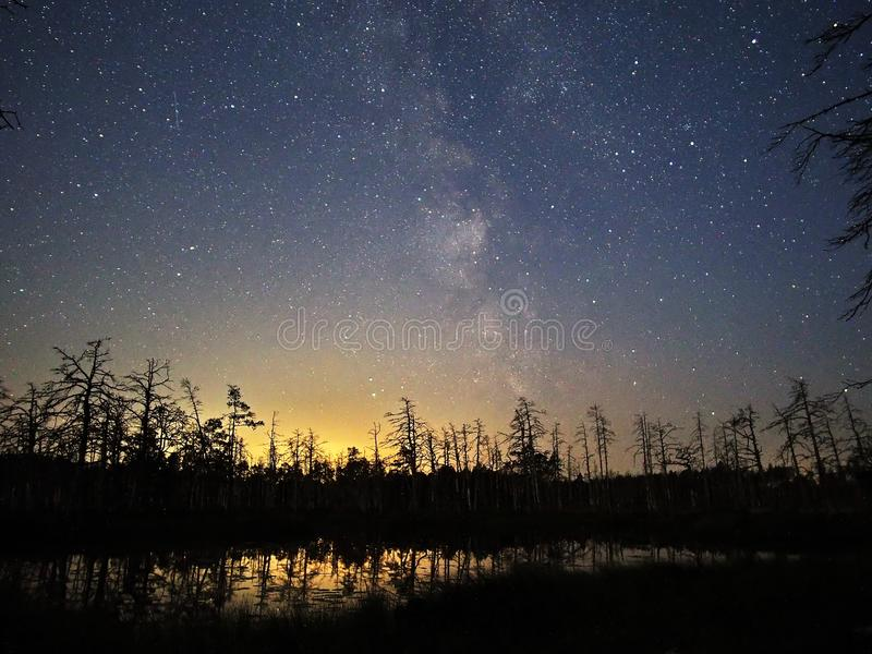 Via Látea estrelas do céu noturno observando sobre o lago foto de stock royalty free