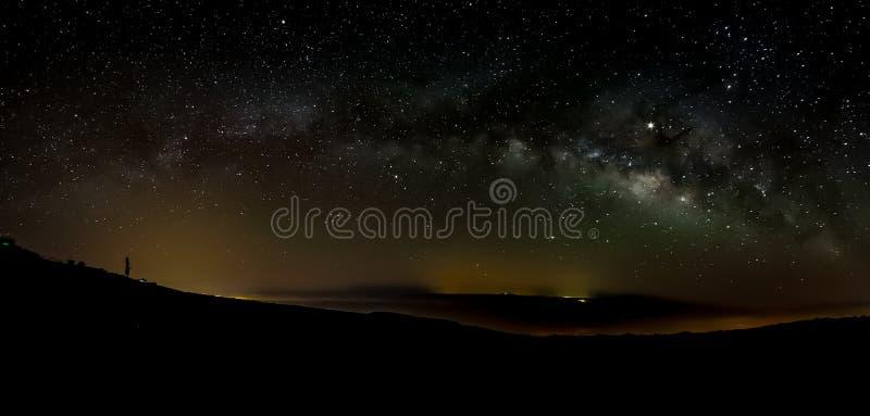 A Via Látea na primavera visível do parque nacional de Teide perto do obervatório O Júpiter é efervescente cercado por conjuntos  foto de stock