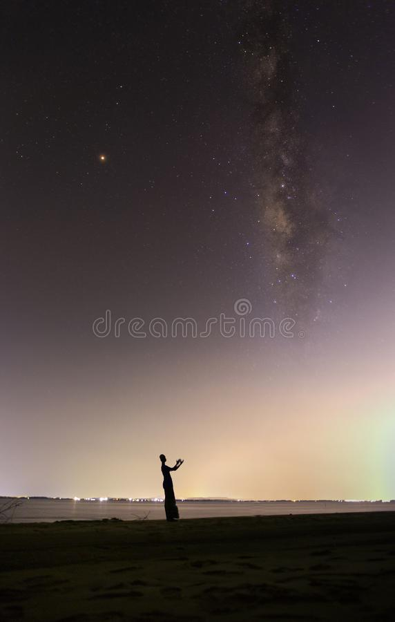 A Via Látea no céu escuro no mar fotos de stock