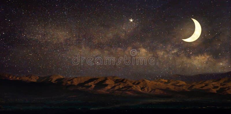 A Via Látea protagoniza na paisagem e a lua do céu noturno, imagens de stock royalty free