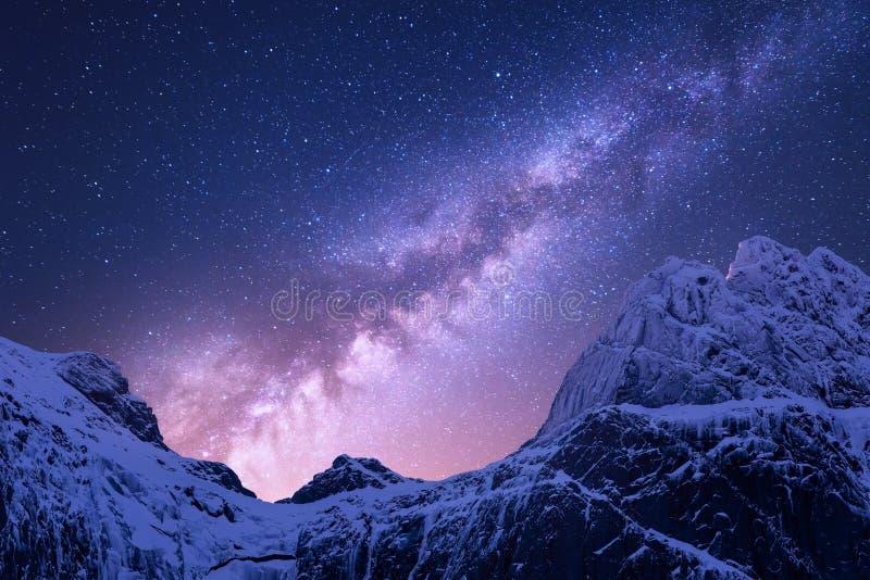 Via Látea roxa acima das montanhas nevado espaço fotos de stock royalty free