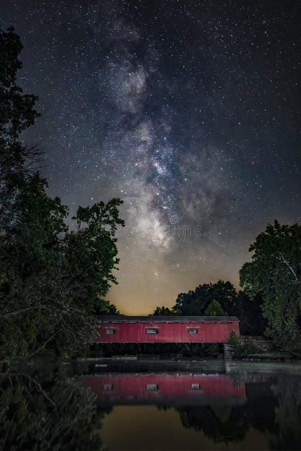 Via Látea sobre a angra do moinho - Indiana fotografia de stock