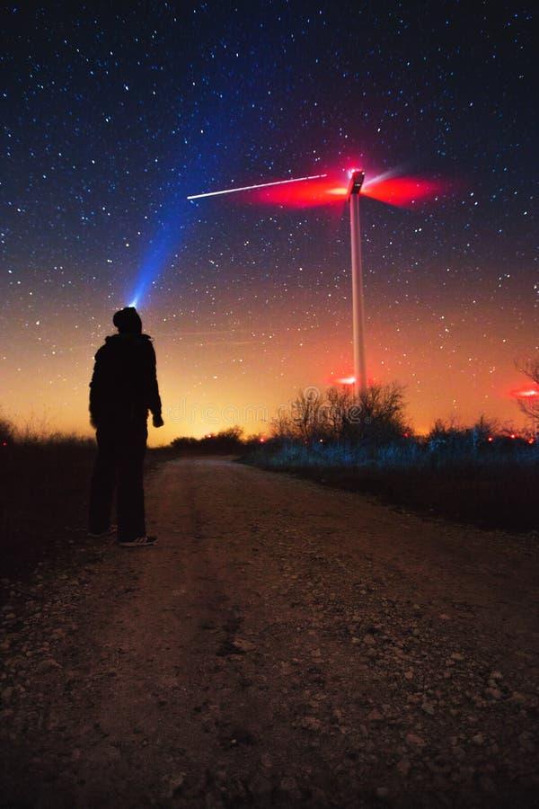Via Látea sobre a turbina eólica, fenômeno natural de chuveiro de meteoro de Geminids fotografia de stock