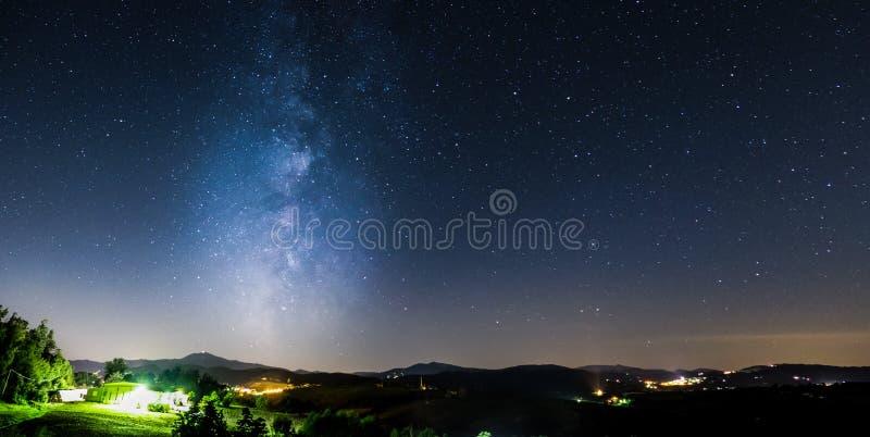 Via Lattea in aumento dalle montagne e dalle stelle fotografia stock libera da diritti